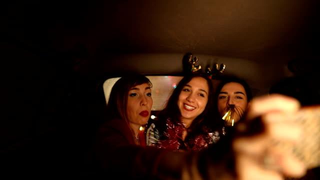 vídeos y material grabado en eventos de stock de alegres amigas que se hacen selfies en el asiento trasero de uber - taxi