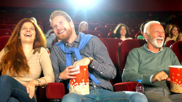 amici gioiosi al cinema - proiezione evento pubblicitario video stock e b–roll