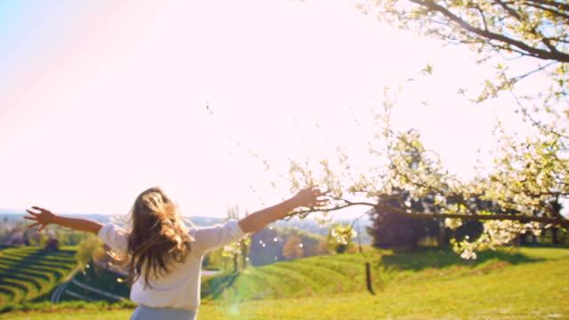 vídeos y material grabado en eventos de stock de de san luis obispo missouri chica alegre corriendo en el prado - brazos estirados
