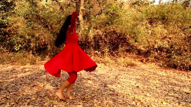 自然の中で楽しい女の子振ったり - ドレス点の映像素材/bロール