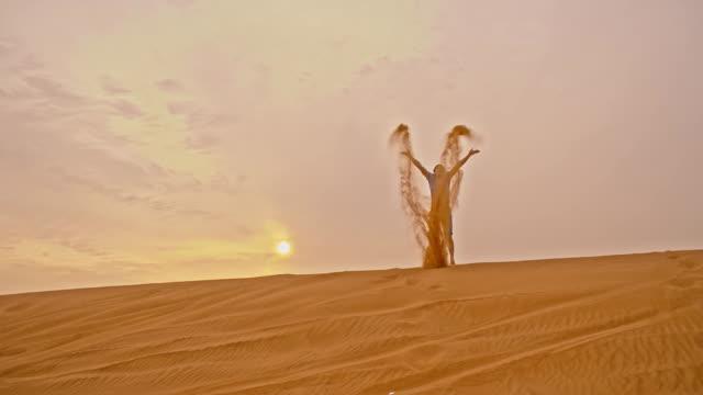 SLO MO divertido Homem na Duna de areia
