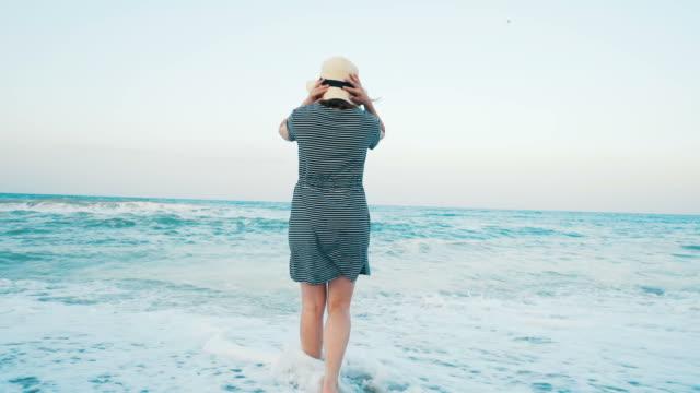 vídeos de stock, filmes e b-roll de momentos alegres na praia. - pulando