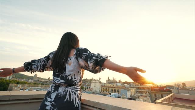 vídeos de stock, filmes e b-roll de momentos alegres no telhado. - mãos estendidas