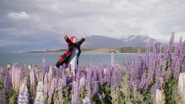 vídeos de stock, filmes e b-roll de braços de mulher alegres estendidos em flor de tremoço - braço