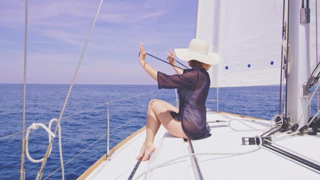vídeos y material grabado en eventos de stock de mujer ws alegre disfrutando de la navegación - cariñoso
