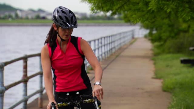 vídeos de stock, filmes e b-roll de alegria de programadas ride 2 - capacete equipamento