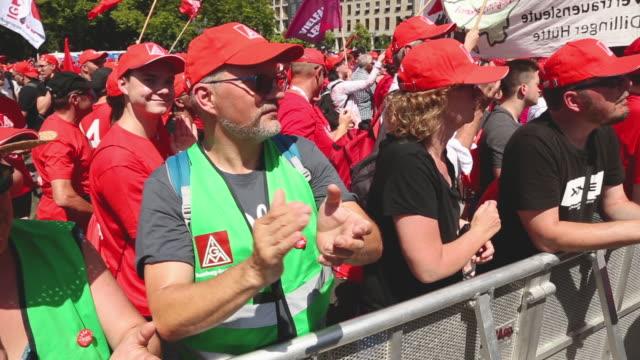 stockvideo's en b-roll-footage met jörg hofmann head of the ig metall trade union speaks at a demonstration organized by the union on june 29 2019 in berlin germany ten thousand metal... - vakbond