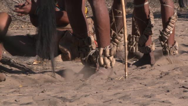 vidéos et rushes de ju hoansi san bushmen of nyae nyae: dancing feet, namibia - chanter