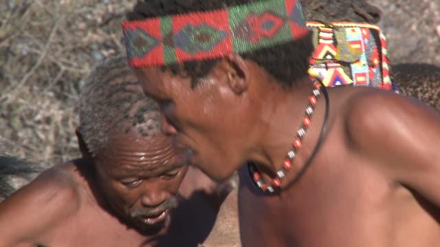 vidéos et rushes de ju hoansi san bushmen of nyae nyae, namibia - chanter