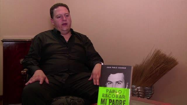 stockvideo's en b-roll-footage met juan pablo escobar henao hijo del famoso narcotraficante colombiano pablo escobar habla sobre su progenitor antes de la presentacion de su libro... - padre