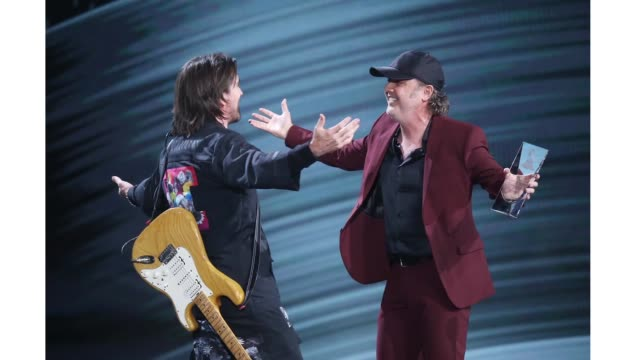 juanes and lars ulrich of metallica onstage during the 20th annual latin grammy awards held at mgm grand garden arena on november 14, 2019 in las... - メタリカ点の映像素材/bロール