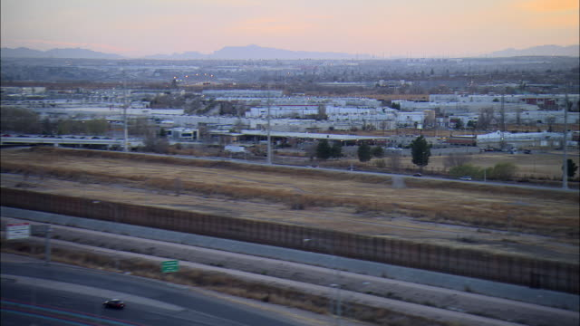 low aerial juarez, mexico and  vehicles at checkpoints at us-mexican border, el paso, texas, usa - zoll und einwanderungskontrolle stock-videos und b-roll-filmmaterial