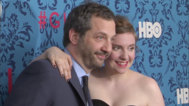vídeos de stock, filmes e b-roll de judd apatow and lena dunham posing for paparazzi on the red carpet at the school of visual arts - judd apatow