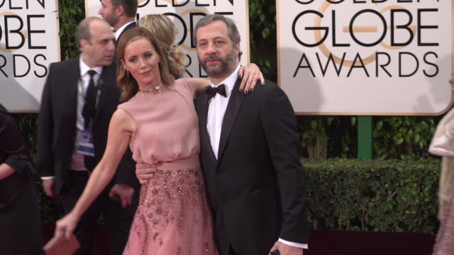 vídeos de stock, filmes e b-roll de judd apatow and leslie mann at 73rd annual golden globe awards - arrivals at the beverly hilton hotel on january 10, 2016 in beverly hills,... - leslie mann