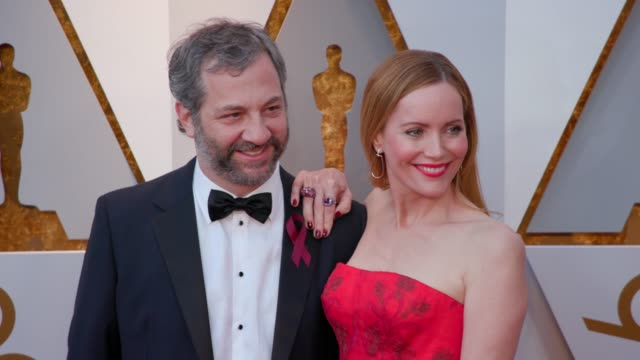 vídeos de stock, filmes e b-roll de judd apatow and leslie mann at 90th academy awards arrivals 4k footage at dolby theatre on march 04 2018 in hollywood california - leslie mann