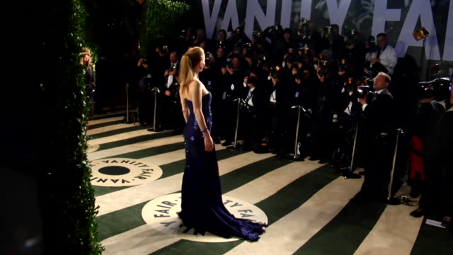 vídeos de stock, filmes e b-roll de judd apatow and leslie mann at the 2012 vanity fair oscar party hosted by graydon carter - inside party at west hollywood ca. - leslie mann