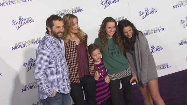 vídeos de stock, filmes e b-roll de judd apatow and leslie mann at the 'justin bieber: never say never' premiere at los angeles ca. - leslie mann
