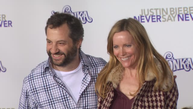 vídeos de stock, filmes e b-roll de judd apatow and leslie mann at the 'justin bieber never say never' premiere at los angeles ca - leslie mann