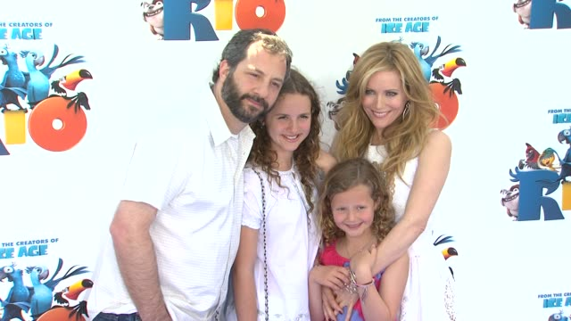 vídeos de stock, filmes e b-roll de judd apatow and leslie mann at the 'rio' premiere at hollywood ca. - leslie mann