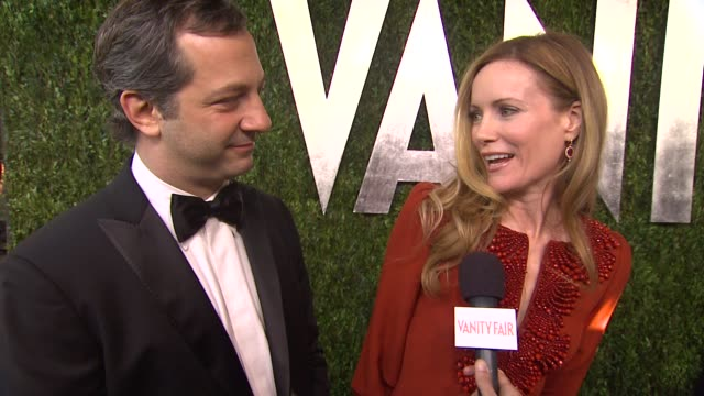 vídeos de stock, filmes e b-roll de interview judd apatow and leslie mann on getting ready together on how tom ford made fun of his tux last year at the party and now he's self... - leslie mann