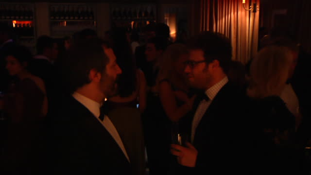 vídeos de stock, filmes e b-roll de judd apatow and seth rogen at the 2012 vanity fair oscar party hosted by graydon carter inside party at west hollywood ca - judd apatow