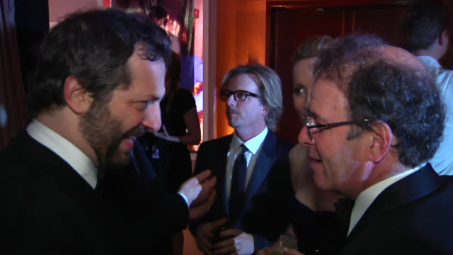 vídeos de stock, filmes e b-roll de judd apatow david spade at the 2012 vanity fair oscar party hosted by graydon carter inside party at west hollywood ca - judd apatow