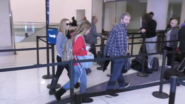 vídeos de stock, filmes e b-roll de judd apatow leslie mann departing at lax airport in los angeles in celebrity sightings in los angeles - leslie mann