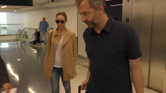 vídeos de stock, filmes e b-roll de judd apatow & leslie mann departing at lax airport in los angeles in celebrity sightings in los angeles, - leslie mann