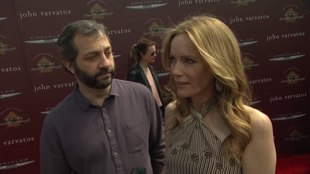 vídeos de stock, filmes e b-roll de judd apatow & leslie mann on how they got involved with stuart house, why this was a cause that they wanted to support, why being parents makes the... - leslie mann