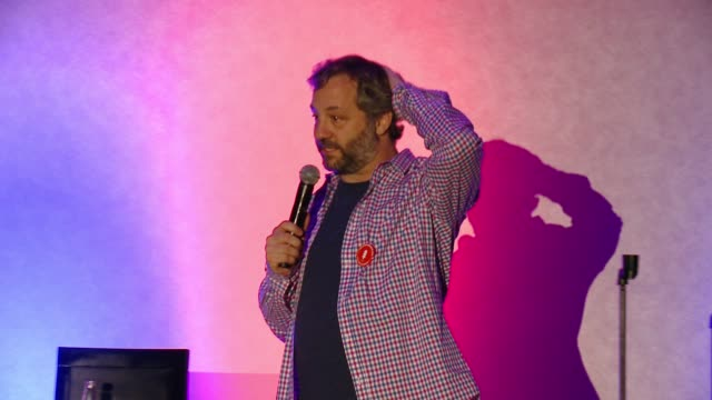 vídeos de stock, filmes e b-roll de judd apatow preforming at funny or die and nextgen climate's jokes for votes tour closing show at usc with judd apatow and more at radisson midtown... - judd apatow