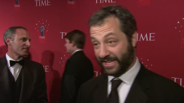 vídeos de stock, filmes e b-roll de judd apatow proclaims his excitement to be here tonight explaining how his publicist called him laughing to tell him he was on the list and goes on... - judd apatow