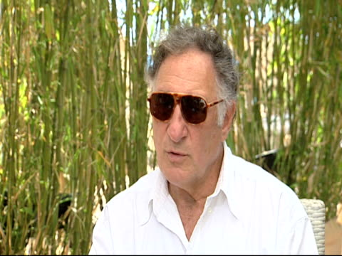 vídeos y material grabado en eventos de stock de judd hirsch on his character in the film working with sean penn and the director at the this must be the place interviews 64th cannes film festival... - sean penn