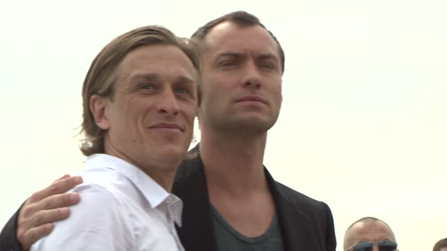 stockvideo's en b-roll-footage met jude law and jeremy gilley at the 2008 cannes film festival day after peace photocall in cannes on may 19 2008 - 2008