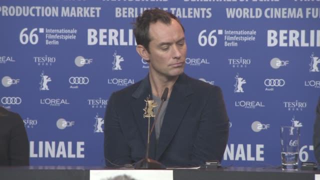 stockvideo's en b-roll-footage met jude law at 'genius' press conference 66th berlin international film festival on february 16 2016 in berlin germany - internationaal filmfestival van berlijn 2016