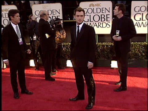 jude law at the 2004 golden globe awards at the beverly hilton in beverly hills california on january 25 2004 - 2004 stock-videos und b-roll-filmmaterial