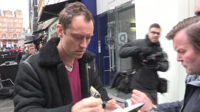 jude law celebrity video sightings on march 01 2013 in london england - 2013 bildbanksvideor och videomaterial från bakom kulisserna