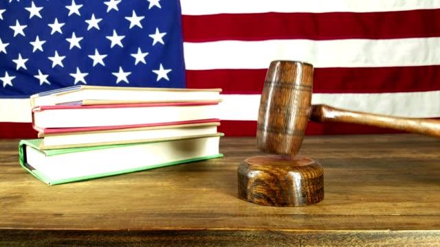 vídeos de stock, filmes e b-roll de batendo martelo de juiz.  cenário da bandeira americana. - lawsuit
