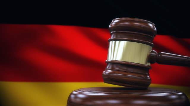 hammer mit deutschland flagge hintergrund zu beurteilen - richter stock-videos und b-roll-filmmaterial