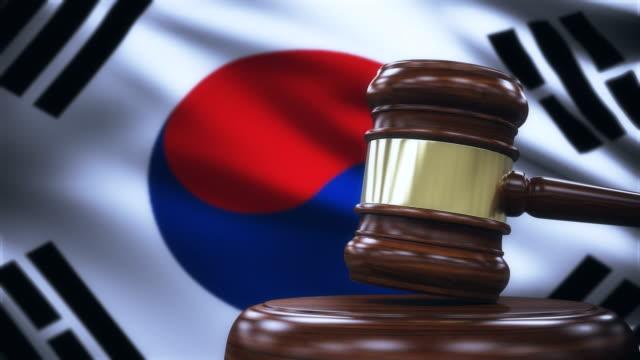 vídeos de stock, filmes e b-roll de martelo de juiz com fundo de bandeira de coreia do sul - respect