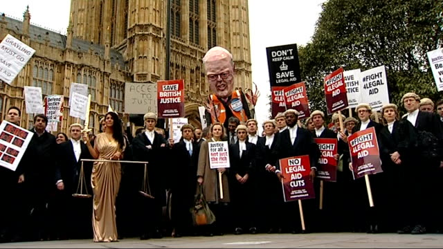 judge halts serious fraud trial due to government's legal aid cuts; r07031414 / 7.3.2014 westminster: close shot large effigy of chris grayling mp... - crime or recreational drug or prison or legal trial点の映像素材/bロール