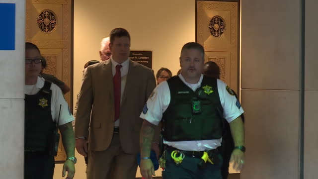 wgn a judge ruled that chicago police officer jason van dyke who's charged with shooting and killing laquan mcdonald wwould be able to keep his... - 法廷審問点の映像素材/bロール