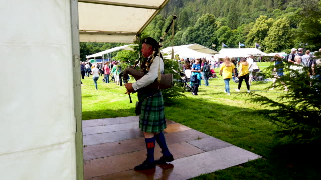 judges watch as a solo piper competes at inveraray highland games on july 16, 2019 in inverarary, scotland.the games celebrate scottish culture and... - スポーツの判定員点の映像素材/bロール