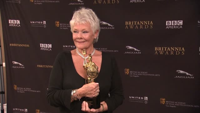 judi dench and dustin hoffman at the 2014 bafta los angeles jaguar britannia awards presented by bbc america and united airlines in los angeles, ca on - ジュディ・デンチ点の映像素材/bロール