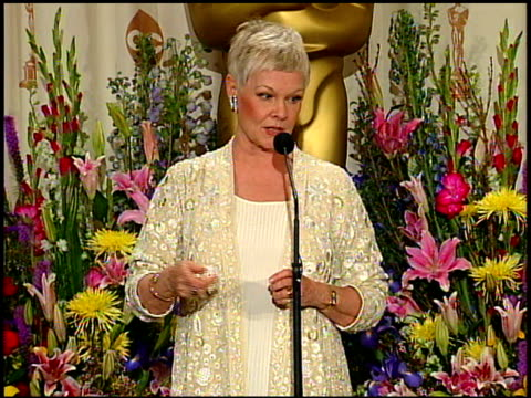 vídeos y material grabado en eventos de stock de judi dench at the 1999 academy awards at the shrine auditorium in los angeles california on march 21 1999 - 71ª ceremonia de entrega de los óscars