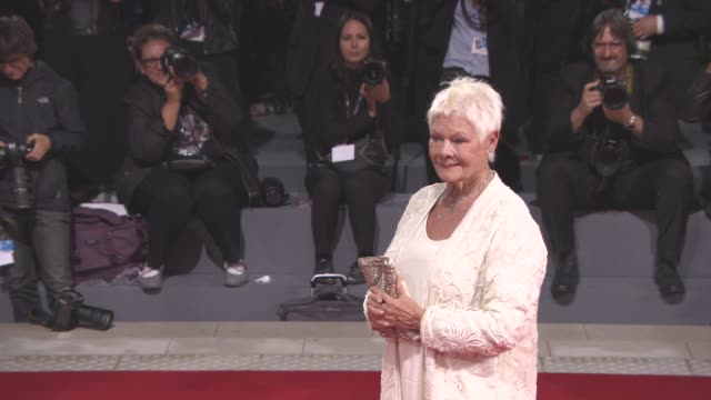 judi dench at 'victoria and abdul' red carpet - 74th venice international film festival at palazzo del cinema on september 03, 2017 in venice, italy. - ジュディ・デンチ点の映像素材/bロール