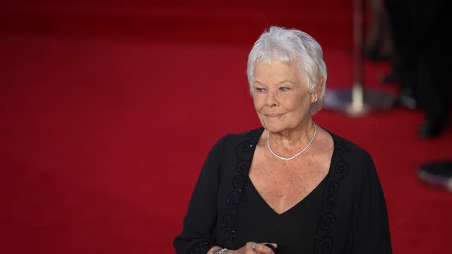 """judi dench attends the """"no time to die"""" world premiere at royal albert hall on september 28, 2021 in london, england. - première stock-videos und b-roll-filmmaterial"""