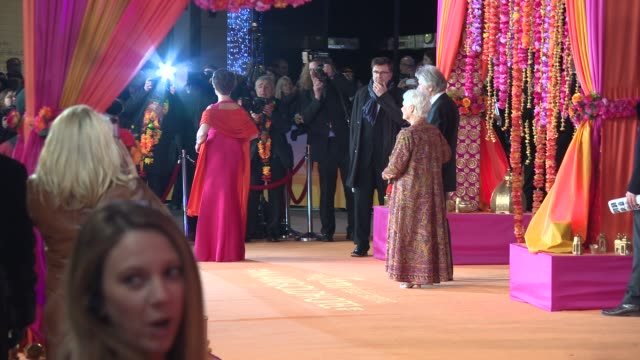 vidéos et rushes de broll judi dench celia imrie at 'the second best exotic marigold hotel' premiere at odeon leicester square on february 17 2015 in london england - judi dench