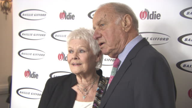 vidéos et rushes de judi dench geoffrey palmer at the oldie of the year awards at simpsons in the strand on january 30 2018 in london england - judi dench