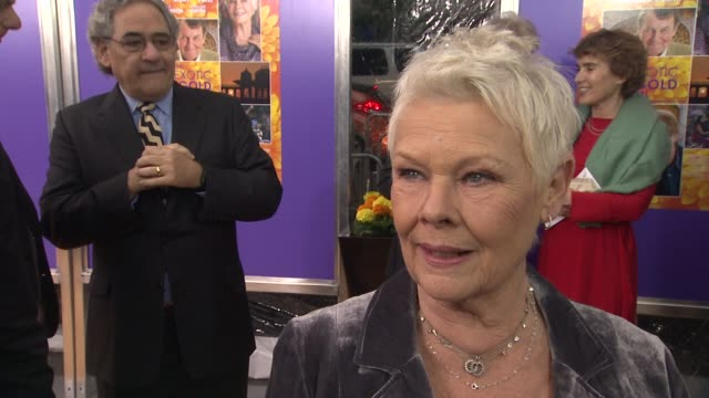 vídeos de stock, filmes e b-roll de judi dench jokes that she won't tell anything about the upcoming bond movie on the best part about playing m in the franchise at the best exotic... - james bond trabalho conhecido