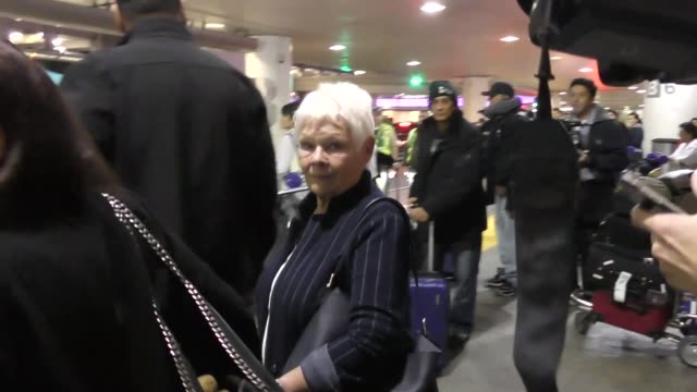 judi dench talks about prince harry & meghan markle getting engaged while arriving at lax airport in los angeles in celebrity sightings in los... - ジュディ・デンチ点の映像素材/bロール